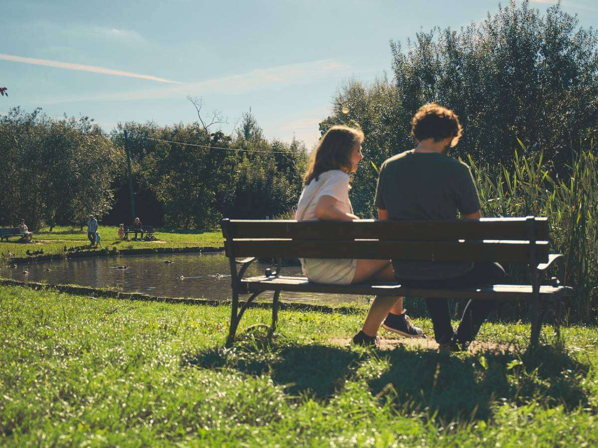 How to Read a Guy's Body Language on a Date